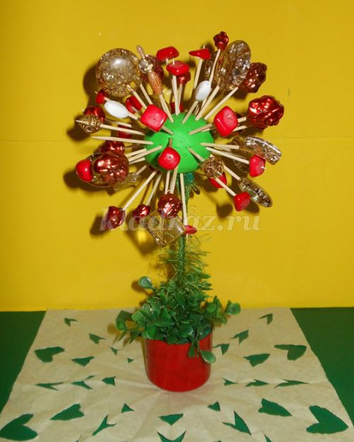 Дерево из бросового материала для детского сада
