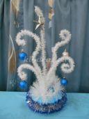 Объёмная новогодняя композиция «Зимние узоры» из мишуры и шариков своими руками. Пошаговая инструкция с фото